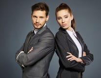 Paare auf grauem Hintergrund Lizenzfreies Stockfoto