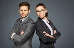 Paare auf grauem Hintergrund Lizenzfreie Stockbilder