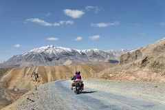 Paare auf Motorradreiten unter Bergen Lizenzfreie Stockfotos