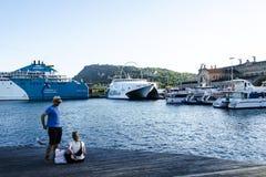 Paare auf Plattform im Hafen von Barcelona Stockfotos