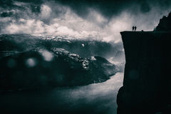 Paare auf Preikestolen-Fjord Lizenzfreies Stockbild