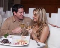 Paare auf romantischem Datum lizenzfreie stockbilder