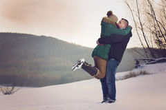 Paare auf romantischem Winter-Weg Stockbild