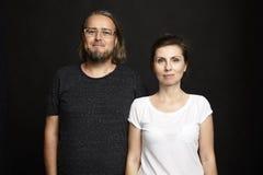 Paare auf schwarzem Hintergrund Lizenzfreie Stockfotos