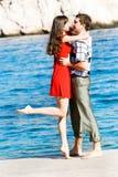 Paare auf Seehintergrund lizenzfreies stockbild