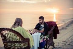 Paare auf Seeküste lizenzfreies stockfoto