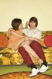 Paare auf Sofa. Lizenzfreies Stockfoto