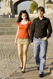 Paare auf Sommerweg Lizenzfreie Stockbilder