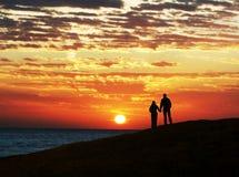 Paare auf Sonnenuntergang Lizenzfreie Stockfotos