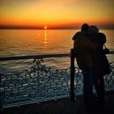 Paare auf Sonnenuntergang Stockfotos