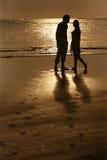 Paare auf Sonnenuntergang Lizenzfreie Stockbilder