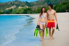 Paare auf Strand lizenzfreie stockbilder