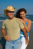 Paare auf Strand lizenzfreies stockfoto