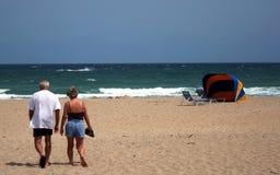 Paare auf Strand Stockfotografie