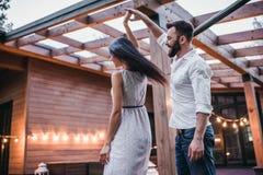 Paare auf Terrasse stockfotografie