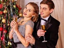 Paare auf Weihnachtsfest Schwarzweiss-Retro- Stockbild