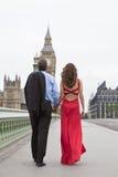 Paare auf Westminster-Brücke Big Ben London Englan Lizenzfreies Stockfoto