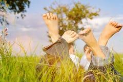 Paare auf Wiese in den Sommerferien Lizenzfreie Stockfotos