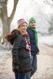 Paare auf Winter gehen durch eisige Landschaft Stockbilder