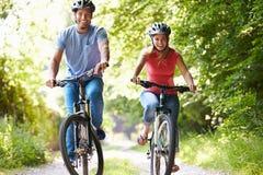 Paare auf Zyklus-Fahrt in der Landschaft lizenzfreie stockbilder