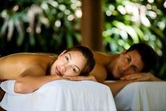 Paare am Badekurort stockbild