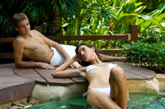 Paare am Badekurort stockbilder