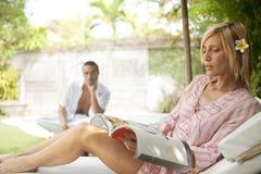 Paare Bali-1, die durch Swimmingpool sich entspannen Stockbild