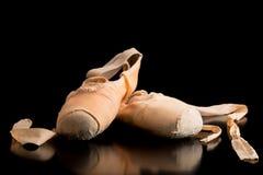 Paare Ballettschuhe auf einem dunklen Hintergrund Stockbild