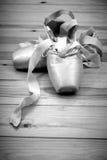 Paare Ballettschuhe pointes auf Bretterboden lizenzfreies stockfoto