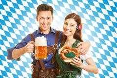 Paare bei Oktoberfest mit Bier Stockbild