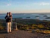 Paare bei Sonnenaufgang über dem Meer Stockbild