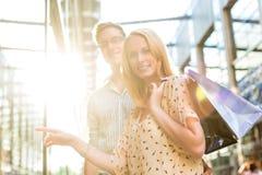 Paare beim Einkauf und Ausgeben des Geldes Lizenzfreie Stockfotos