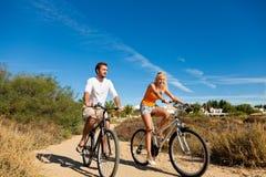 Paare beim Feiertagsradfahren Stockbilder