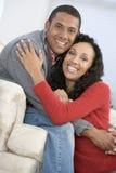 Paare beim Wohnzimmerlächeln Lizenzfreies Stockfoto