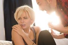 Paare bemannen und die Frau, die Konflikt zu Hause hat Stockbilder