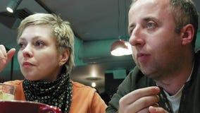 Paare bemannen und Frau isst Gespräche im Caférestaurant stock video