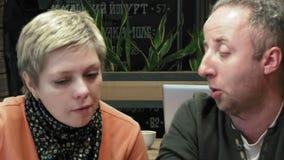 Paare bemannen und Frau isst Gespräche im Caférestaurant stock footage
