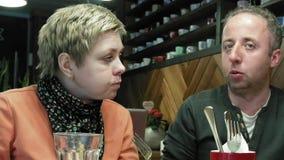 Paare bemannen und Frau isst Gespräche im Caférestaurant stock video footage