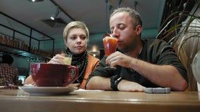 Paare bemannen und Frauengeklirrgläser isst und spricht stock video