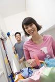 Paare bereit, nach Hause zu säubern lizenzfreies stockbild