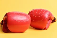 Paare Boxhandschuhe, die neben einander liegen stockfotografie