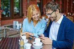 Paare am Café Stockfotografie