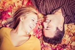 Paare in den Blättern lizenzfreie stockfotos