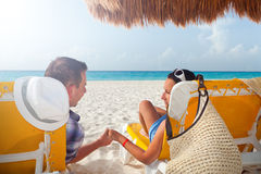 Paare an den Feiertagen in karibischem Meer Stockbild