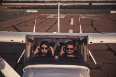 Paare in den Flugzeugen Lizenzfreies Stockfoto
