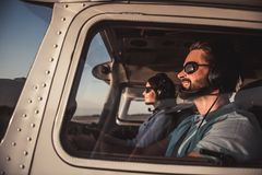 Paare in den Flugzeugen Lizenzfreies Stockbild