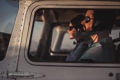 Paare in den Flugzeugen Stockbild
