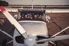 Paare in den Flugzeugen Stockfotos