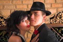 Paare in den Gangsterkostümen Lizenzfreies Stockfoto