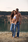 Paare in den Jeans auf dem Strand Stockfotos